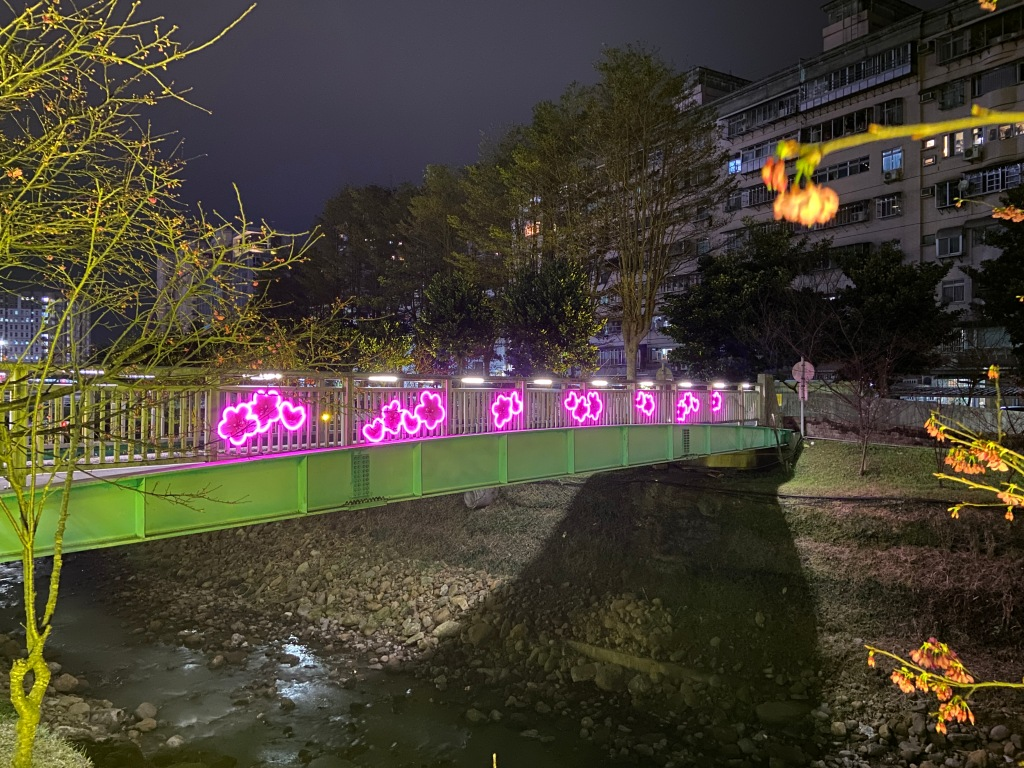 戶外展覽 汐止櫻花季進場完工 夜間照